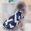 Ocieplana kurtka dla psa w geometryczne wzory, zapinana na napy, kolor granatowy