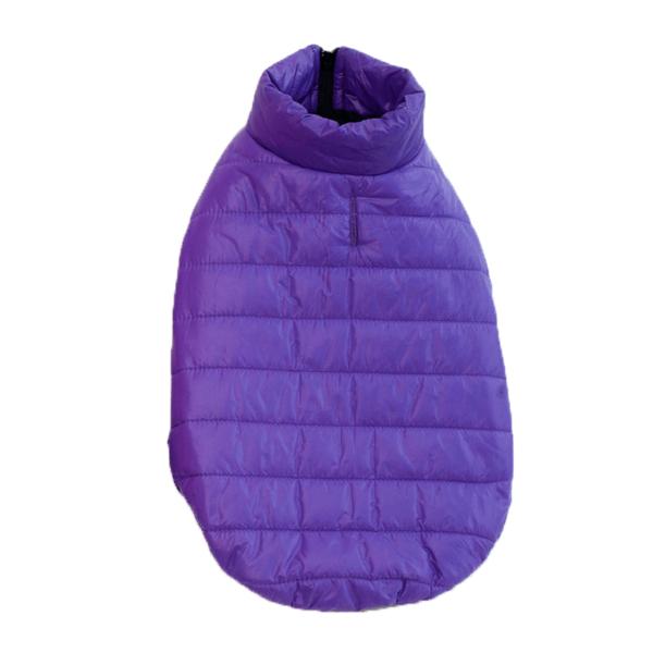 Ocieplana puchem kurtka dla psa, posiada rozcięcie na smycz, kolor fioletowy