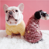Elastyczny sweterek z golfem dla psa, posiada ozdobne guziki na plecach, wkładany przez głowę, kolor żółty, bordowy